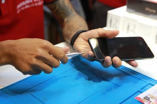 'Mổ bụng' chiếc iPhone 11 Pro Max màu rêu đầu tiên tại Hà Nội