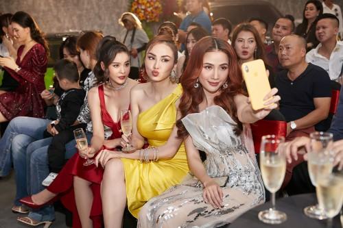 Trương Quỳnh Anh – Diễm Hương – Phan Thị Mơ rủ nhau đi sắm siêu xe