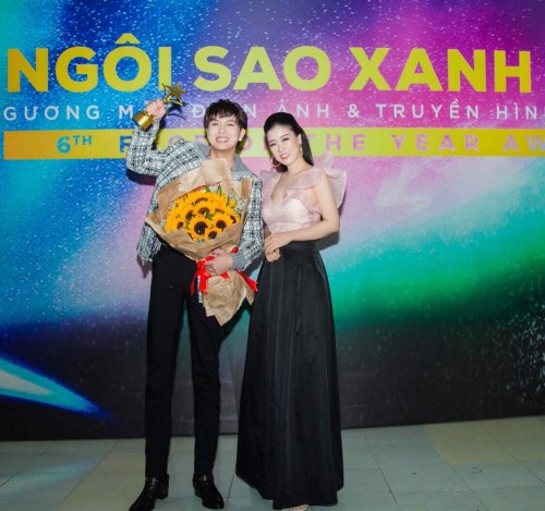 Á hậu doanh nhân Hòa Khánh rạng rỡ chúc mừng các nghệ sĩ vinh danh cúp Ngôi sao xanh