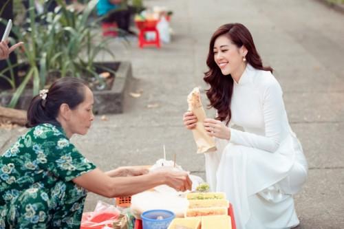 Hoa hậu Khánh Vân quảng bá những cảnh đẹp của thành phố Hồ Chí Minh