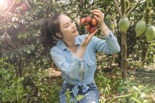 Lý Nhã Lỳ với hình ảnh trẻ trung, giản dị thu hoạch cà chua, xà lách tại vườn Đà lạt