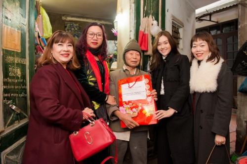 Á hậu Tường San tặng quà cho người cao tuổi cô đơn tại Hà Nội chia sẻ xuân Canh Tý ấm áp yêu thương