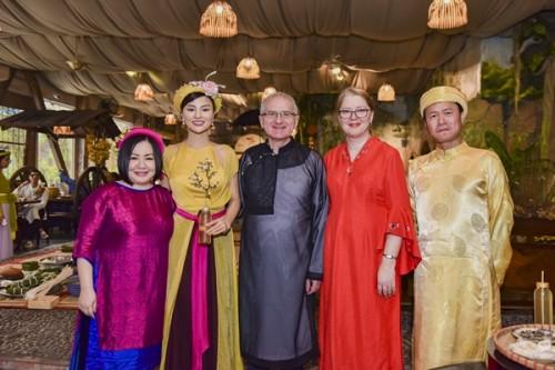 Vũ Thu Phương cùng Chủ tịch Tuần lễ Thời trang Quốc tế Việt Nam mời bạn bè quốc tế