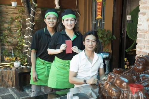 Phi Nhung cùng  Hồ Văn Cường và Tuyết Nhung phát khẩu trang lì xì cho khách tại nhà hàng