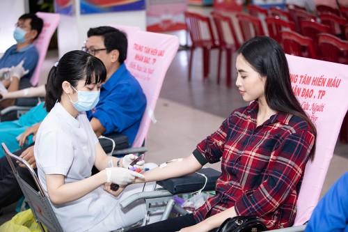 Vượt nỗi sợ kim tiêm, Tiểu Vy vẫn hào hứng tham gia hiến máu tình nguyện