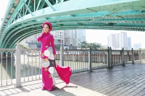 Nghệ sĩ hài Thúy Nga diện áo dài Việt Hùng đài các bên cây cầu xưa nhất Sài Gòn
