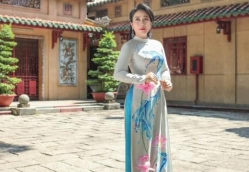 NSUT Vân Khánh diện áo dài Việt Hùng, lộng lẫy kiêu sa bên ngôi đền cổ