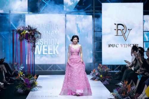 Chiếc váy Mai Phương từng mặc trình diễn thời trang được NTK Đức Vincie đưa ra đấu giá để hỗ trợ bé Lavie – con gái Mai Phương
