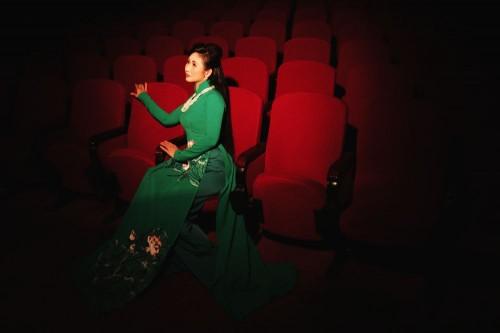 NSUT Tâm Tâm khóc cười cùng ánh đèn Sân khấu trong Áo dài Việt Hùng