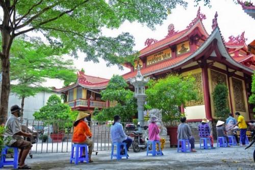 Tu viện Tường Vân trong ngày đầu tiên mở cửa Chợ Tình Thương 0 đồng nhân mùa Phật Đản 2564.