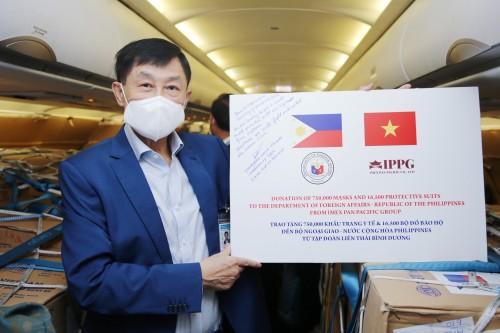 Vua hàng hiệu Johnathan Hạnh Nguyễn  thuê  chuyên cơ Việt Nam Airlines chở trang thiết bị y tế tặng Philippines chống dịch Covid-19