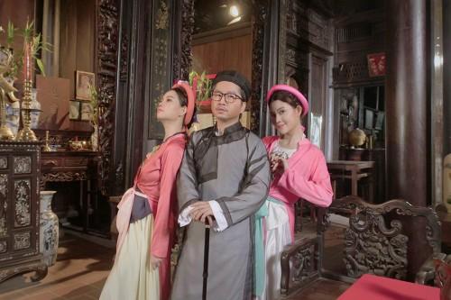 Chị em song sinh Gemini bán nhà làm MV khuyến khích nam nữ kết hôn trước 30
