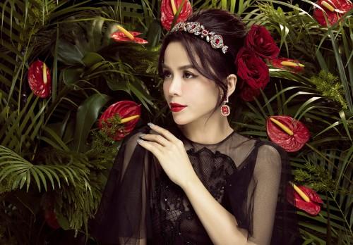 Hoa hậu Oanh Lê nổi bật vẻ đẹp kiêu kì dẫu chọn đơn sắc cho mùa hè