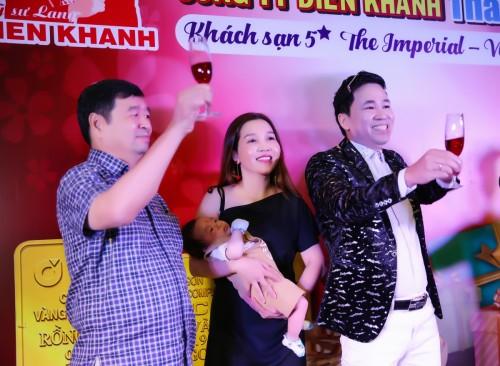 Doanh nhân ca sĩ Michael Lang hạnh phúc khoe bà xã và chàng quý tử 2 tháng tuổi