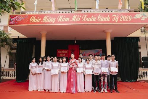 Hoa hậu Tuyết Nga về thăm trường cấp 3, trao học bổng cho các em học sinh nghèo hiếu học