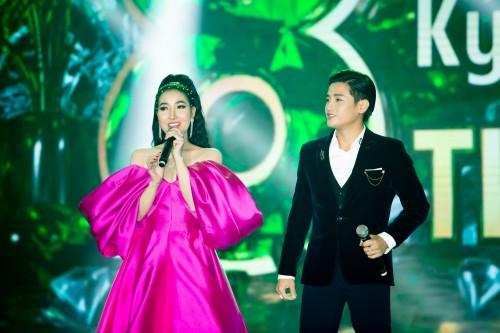 Cặp đôi Đỗ Minh Quân – Á hậu Thanh Tuyền sánh đôi cực nổi bật trong sự kiện