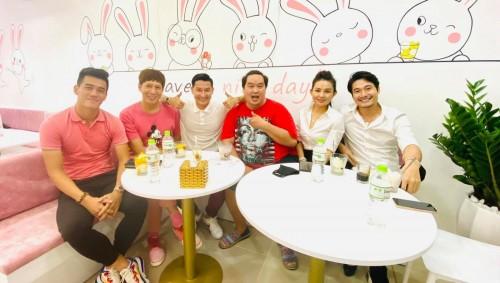 Hoàng Mập chúc mừng Huy Khánh khai trương chi nhánh sữa chua trân châu