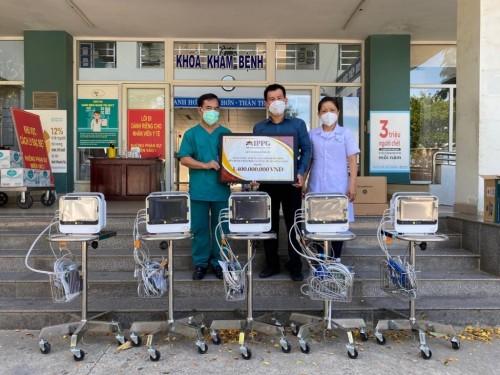 Doanh nhân Johnathan Hạnh Nguyễn đã trao 10 máy theo dõi bệnh nhân trị giá 1,4 tỉ đồng cho 2 bệnh viện tại TP Đà Nẵng.