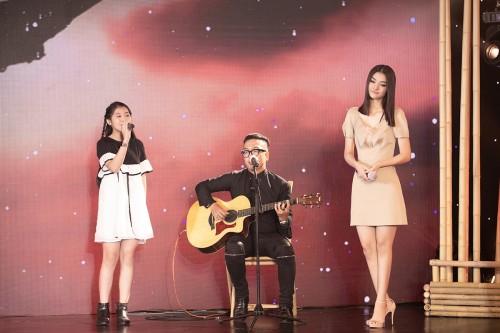 """Xúc động khi nghe Á hậu Kiều Loan hát """"Ba kể con nghe"""" cùng Nhạc sĩ Nguyễn Hoàng Duy và bé Ngọc Giàu"""