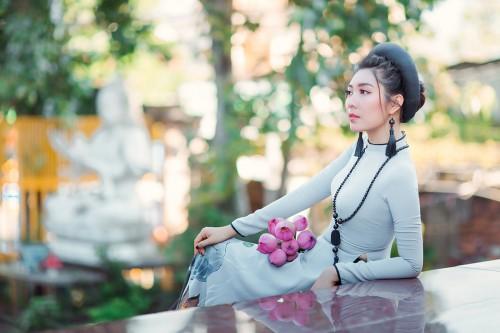 Hoa hậu Ngụy Thanh Lan đẹp trầm cổ kính  trong tà  áo dài viếng cảnh chùa mùa vu lan