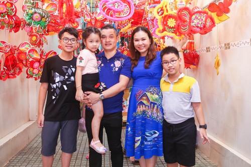 Hình ảnh đẹp của gia đình MC Xuân Hiếu tại phố lồng đèn và câu chuyện trung thu xưa và nay