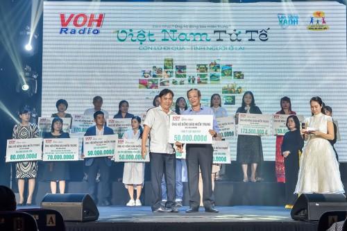 """Đêm nhạc """"Việt Nam tử tế"""" mang về cho người dân miền Trung hơn 6 tỉ đồng"""