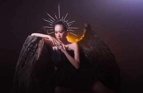 Thạch Thảo biến hóa đen quyền quý với phong cách hóa trang