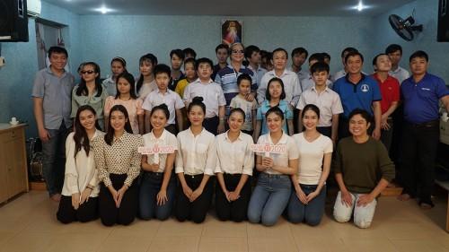 Thí sinh Hoa hậu Việt Nam cảm phục thầy giáo khiếm thị giàu nghị lực