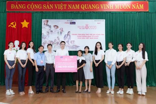 Dàn hậu cùng BTC Hoa Hậu Việt Nam trao tặng 200 triệu đồng cho trung tâm bảo trợ trẻ em Vũng Tàu