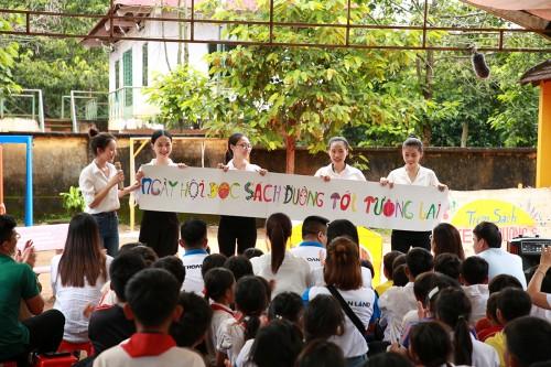 Vẽ nụ cười bằng tri thức, dự án Đường tới tương lai mang sách cho trẻ em nghèo