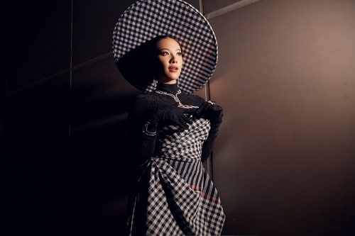 Á hậu Kim Duyên diện trang phục biếu tấu từ khăn rằn, khoe thần thái cực chất