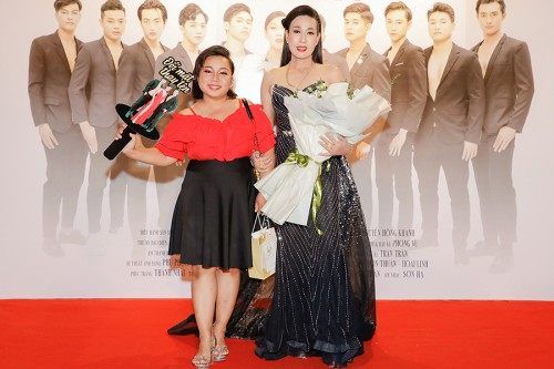 """Dàn sao Việt ủng hộ nghệ sĩ LBGT Hà Kiều Anh kể cuộc đời mình với phim """"Đổi mặt thay tên"""""""