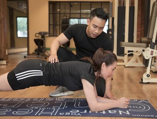 Phi Nhung cùng thầy thể dục Dương Minh Trí kêu gọi mọi người siêng  thể dục  nâng cao sức khoẻ phòng chống Covid-19