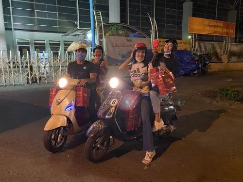 """Tiểu Vy, Thuý Vi và """"Bà trùm Hoa hậu"""" thức xuyên đêm phát quà cho người vô gia cư"""