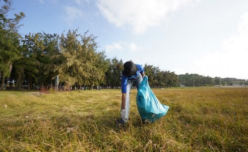 Hoa hậu H'Hen Niê sắn tay áo, nhiệt tình nhặt rác cùng thanh niên tại đảo Phú Quý
