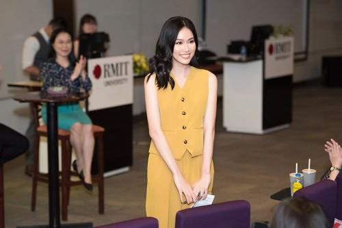 Clip: Hậu tốt nghiệp thủ khoa, Á hậu Phương Anh trở thành khách mời tại hội thảo bằng tiếng Anh