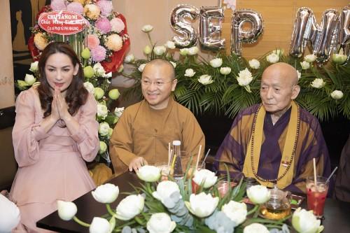 Ca sĩ Phi Nhung được Sư Ông Daichi và Sư cô Tâm Trí từ Nhật về  tổ chức sinh nhật bất ngờ