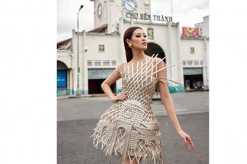 Hoa hậu Khánh Vân giới thiệu chợ Bến Thành trong trang phục mang đến Miss Universe