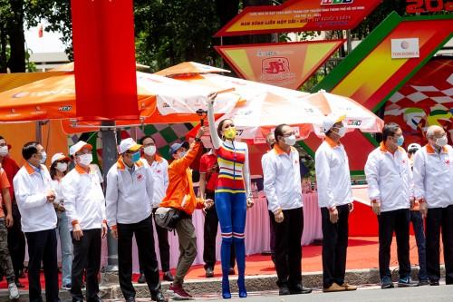 Hoa hậu H'Hen Niê cổ vũ thể thao nhưng vẫn không quên phòng chống dịch Covid-19