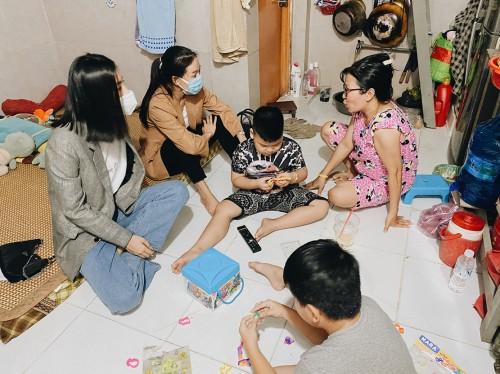 Tiểu Vy tiếp tục cùng Bà trùmHoa hậu Phạm Kim Dung đến thăm gia đình bệnh nhân ung thư