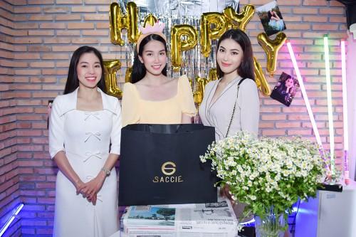 Clip: Á hậu Phương Anh nhận quà sinh nhật toàn đồ hiệu và cái kết bất ngờ