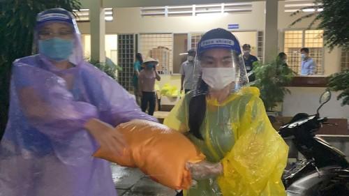 Chủ tịch CLB Suối Mát Từ Tâm cùng dàn hậu đội mưa cứu trợ lương thực cho người lao động nghèo