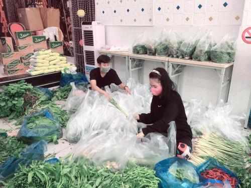 Nghệ sĩ Kim Song Loan nhận ân phước và sẻ chia khó khăn với bà con nghèo