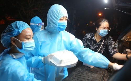 Hoa hậu Đỗ Mỹ Linh, Lương Thuỳ Linh, Đỗ Hà mặc áo bảo hộ đi phát cơm từ thiện giữa mùa dịch COVID-19