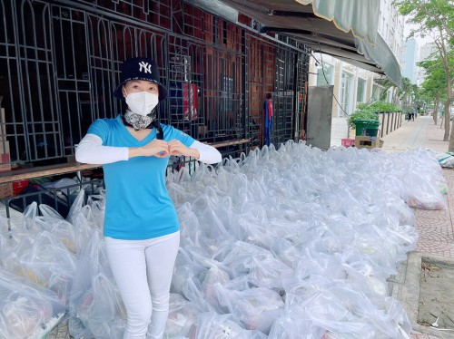Bà trùm hoa hậu Phạm Kim Dung tặng 50 tấn gạo và 10.000 phần quà cho công nhân nghèo