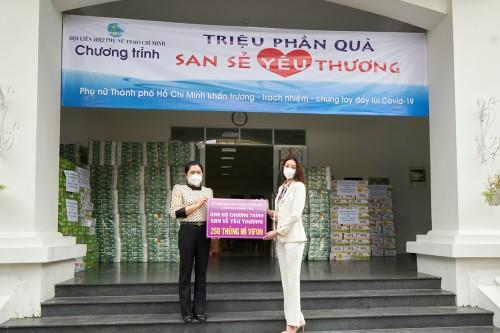 Hoa hậu Khánh Vân tặng quà  chương trình Triệu phần quà san sẻ yêu thương