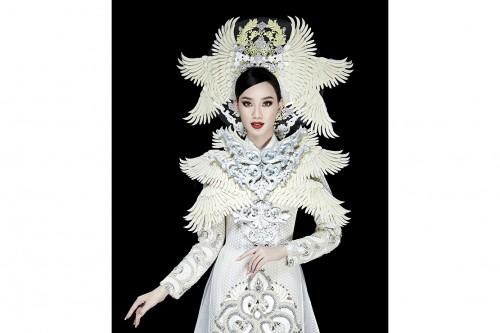 Clip: Ái Nhi trình diễn áo dài nặng 30kg của NTK Minh Châu tại Miss Intercontinental 2021